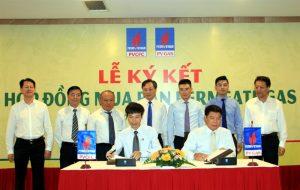Đại diện PV GAS và PVCFC tham gia ký kết
